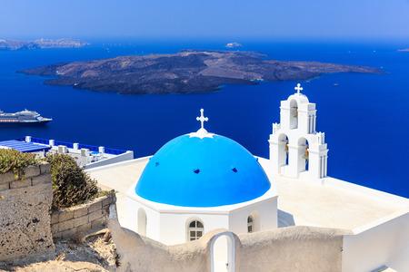 firostefani: Volcanic caldera and Agios Theodori church (St. Theodore) in Firostefani. Santorini, Greece Stock Photo
