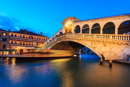 rialto bridge: Rialto bridge at twilight in Venice, Italy