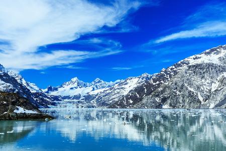 Vista panorámica del Parque Nacional Glacier Bay. John Hopkins glaciar con el Monte Orville y Wilbur monte en el fondo. Alaska Foto de archivo