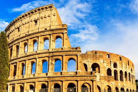 Colosseum (Flavian Amphitheater) bei Sonnenuntergang in Rom, Italien Standard-Bild - 38507724