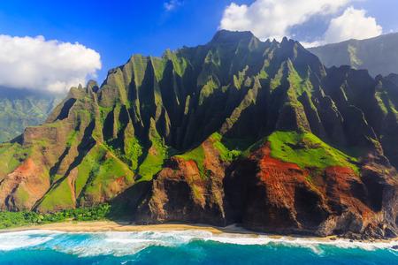 Luchtfoto van de spectaculaire kust van Na Pali, Kauai, Hawaii