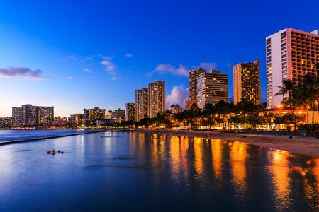 Honolulu horizonte y de la playa de Waikiki en el crepúsculo, Hawaii. Estados Unidos