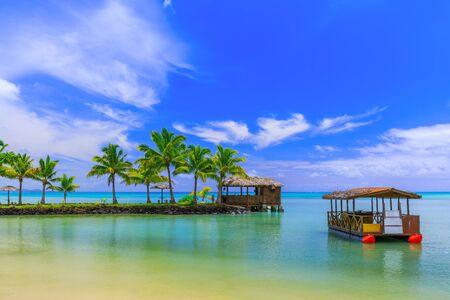 Apia, Samoa. Hütte und Boot am Strand. Standard-Bild - 49924451