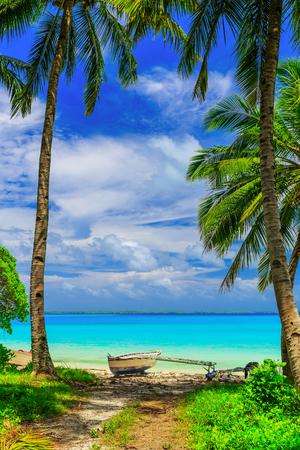 playas tropicales: Tabuaeran, Isla de Fanning barco tradicional en la playa. República de Kiribati