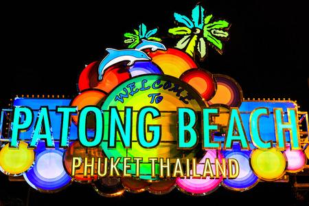 ortseingangsschild: Thailand, Phuket. Neon-Zeichen auf der Bangla Road, Patong Phuket.