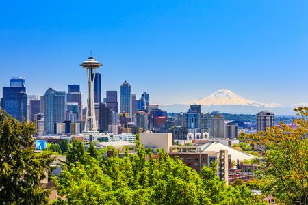 Seattle skyline do centro e Mt. Rainier, Washington.
