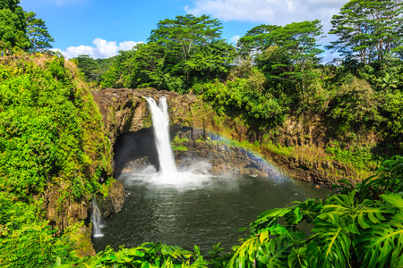 Hawaii, Regenbogen fällt in Hilo. Wailuku River State Park Standard-Bild - 66984754