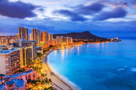 Honolulu, Hawaii. Horizonte de Honolulu, Diamond Head volcán incluyendo los edificios y Hoteles en la playa de Waikiki.