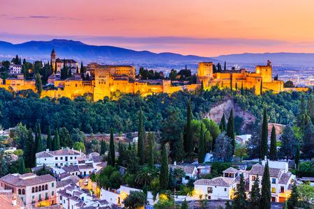 Alhambra w Granadzie, Hiszpania. Twierdza Alhambra o zmierzchu.