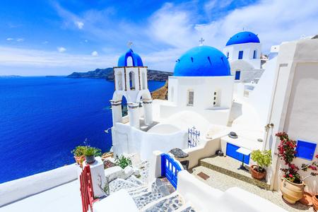 Santorini, Griechenland. Blaue Kuppelkirche auf dem Dorf Oia. Standard-Bild - 75211315