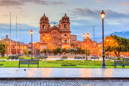 Cusco, Peru, de historische hoofdstad van het Inca-rijk. Plaza de Armas bij schemering.