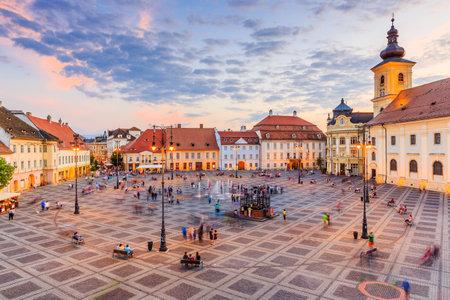 Sibiu, Roumanie. Grande place (Piata Mare) avec l'hôtel de ville et le palais Brukenthal en Transylvanie.