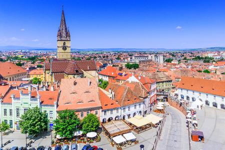 Sibiu, Romania, Lutheran cathedral tower and Small Square (Piata Mica). Foto de archivo