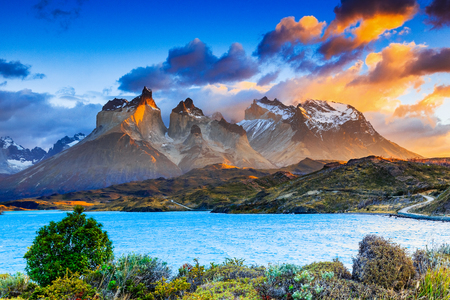 Torres Del Paine National Park, Chile. Sunrise at the Pehoe lake. 免版税图像