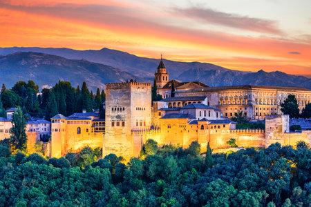 Alhambra van Granada, Spanje. Alhambra fort bij zonsondergang. Stockfoto - 82384921