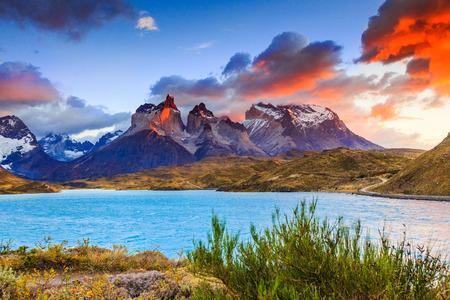 トーレス ・ デル ・ パイネ国立公園、チリ。Pehoe 湖の日の出。