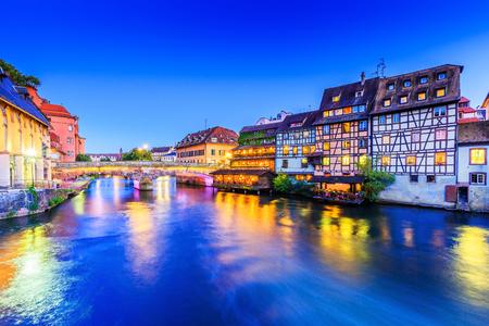 Straßburg, Elsass, Frankreich. Traditionelle Fachwerkhäuser und Saint-Martin-Brücke von Petite France.