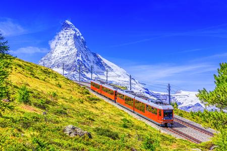 Zermatt, Zwitserland. De toeristentrein van Gornergrat met berg Matterhorn op de achtergrond. Regio Wallis.