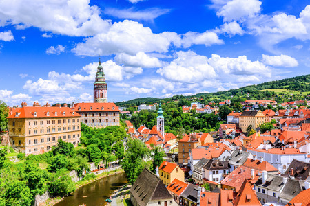 Cesky Krumlov, Tschechische Republik. Das Staatsschloss, die St.-Veits-Kirche und das Stadtbild. Standard-Bild - 87326334