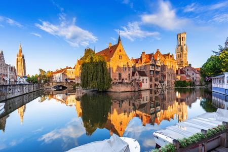 Bruges, Belgique. Le canal Rozenhoedkaai à Bruges avec le Beffroi en arrière-plan.