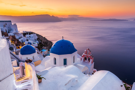 Santorini, Greece. The picturesque Oia village at sunrise. 免版税图像