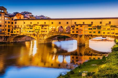 Florenz, Italien. Brücke Ponte Vecchio über den Fluss Arno in der Dämmerung.