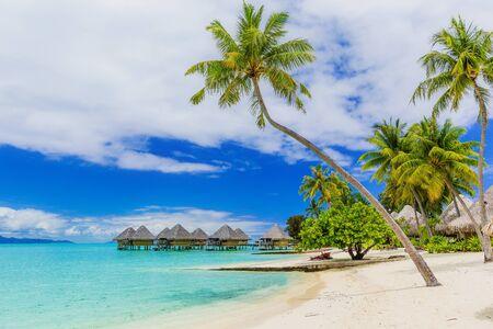 Bungalows sur pilotis du complexe tropical, île de Bora Bora, près de Tahiti, Polynésie française. Banque d'images