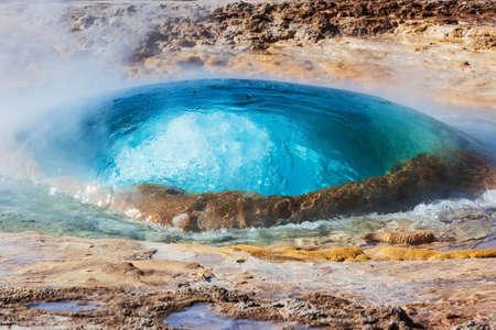 Haukadalsvegur, Iceland. Eruption of Strokkur geyser. Foto de archivo