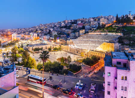 Amman, Jordan. View of the Roman Theater and the city in the evening. Banque d'images