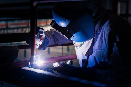 Welding steel pipe with Mig-Mag method for industrial work. Gas metal arc welding. Imagens