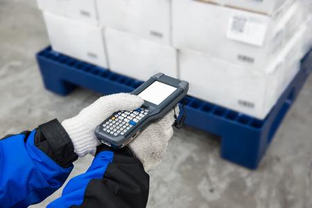 Escáner de código de barras Bluetooth que controla las mercancías en la cámara frigorífica o el almacén.