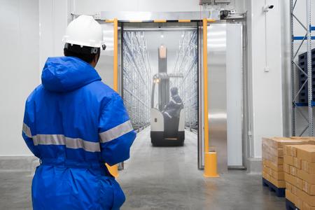 Personeel werknemer controle in vrieskamer of magazijn