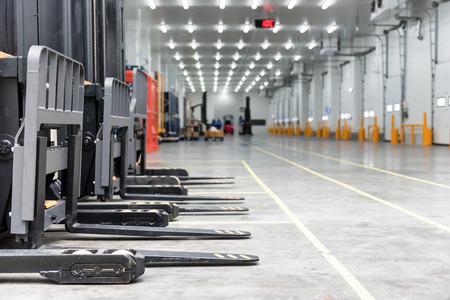 Zone de chargement dans la chambre froide de l'entrepôt avec chariot élévateur debout Banque d'images