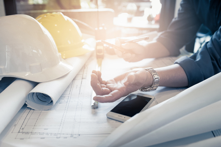 Nahaufnahme der Hand von Bauingenieuren mit Zeichnungsplandiskussion im Büro Standard-Bild