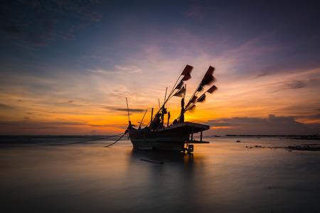 Vissersboot op het strand in thailand