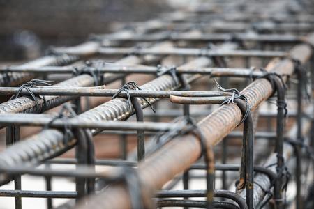 Verwendung von Stahldraht zum Befestigen von Stahlstäben mit Walzdraht zur Bewehrung von Beton oder Zement. Fokus auf Stahldraht