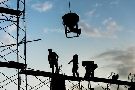 Sylwetka pracownika. Budownictwo Roboty budowlane w zakresie odlewania betonu na rusztowaniach. Zdjęcie Seryjne