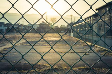 Gabbia o recinzione a catena per la protezione nel parco. aggiungi la luce del sole in un tono di colore caldo in stile vintage Archivio Fotografico