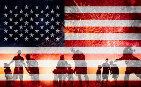 Silueta de familia feliz en el Día de la Independencia (Estados Unidos) o ID4