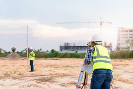 Equipo de agrimensor. El telescopio del topógrafo en el sitio de construcción o la topografía para hacer planos de contorno son una representación gráfica de la disposición del terreno antes del inicio del trabajo de construcción.