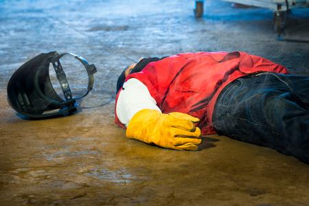Accident de soudeur en travaux et évanouissement dans une usine industrielle. Équipements de sécurité et de protection dans les travaux de l'industrie de la construction.