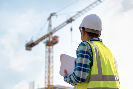 Ingénierie Consulting personnes sur chantier tenant un plan dans sa main et contrôle le flux de travail du nouveau bâtiment. Banque d'images