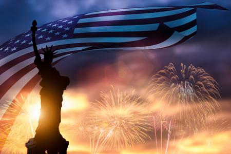 Silhouette der Freiheitsstatue auf amerikanischer Flagge und Feuerwerkshintergrund. Symbole der USA. Patriot-Konzept und Independence Day (USA) oder ID4