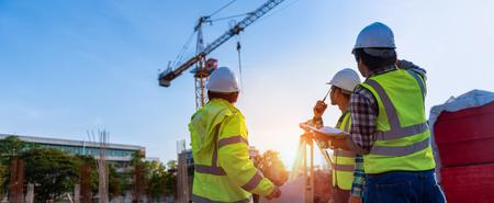 La discussione degli ingegneri edili con gli architetti nel cantiere o nel cantiere di un grattacielo con il rilevamento per la realizzazione di piani di contorno è una rappresentazione grafica della disposizione del terreno.