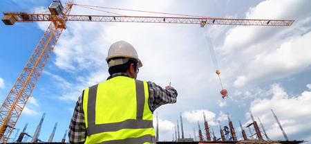 Ingénieurs en construction travaillant sur le chantier de construction, contrôle de coulée de béton sur le chantier d'un immeuble de grande hauteur Banque d'images
