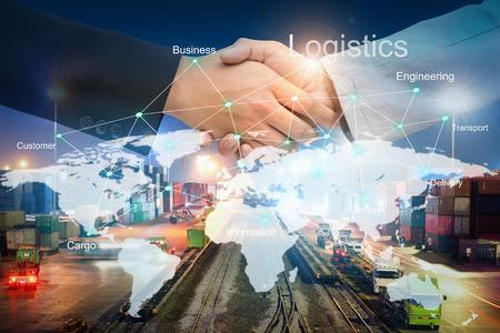 Zakenmanmensen die handen schudden met instemming van gunstig voor succes in logistiek met technologielijn op de wereldkaart over vrachtvervoersdiensten, import-exportbeheer voor logistiek