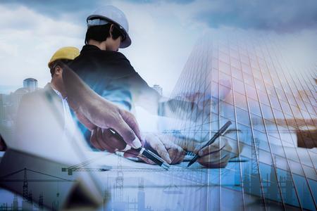 Trabajos de ingeniero civil, doble exposición del equipo de gestión de proyectos y el sitio de construcción con antecedentes de grúa torre, consultor de diseño de ingenieros y concepto de equipo de arquitectura. Foto de archivo