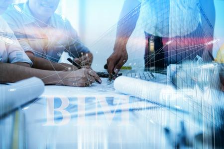 Ingenieurtreffen mit Architektur-Innenarchitekt. Diskussion zu Architekturprojekt und Bauplanung für Building Information Modeling. Technologie im Baukonzept.