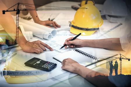 Trabajos de ingeniero civil, doble exposición del equipo de gestión de proyectos y el sitio de construcción con antecedentes de grúa torre, consultor de diseño de ingenieros y concepto de equipo de arquitectura.