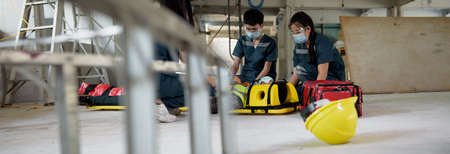 First aid for injuries in work accidents. Using first aid equipment supports loss of feeling or loss of normal movement and Loss of function in limbs. Banner with copy space. 免版税图像